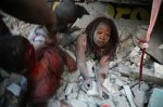 Isang babaeng nadaganan ng mga gumuhong pader sa Port-au-Prince